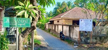 Pemasangan Papan Informasi Rabat Beton di Desa Pengulon