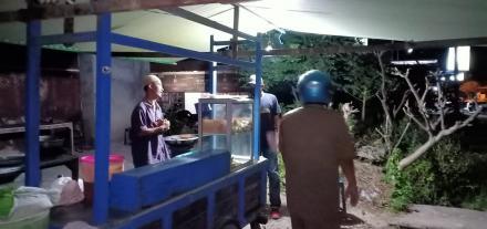 Pemantauan dan Pengawasan jam Buka Pedagang di Desa Pengulon